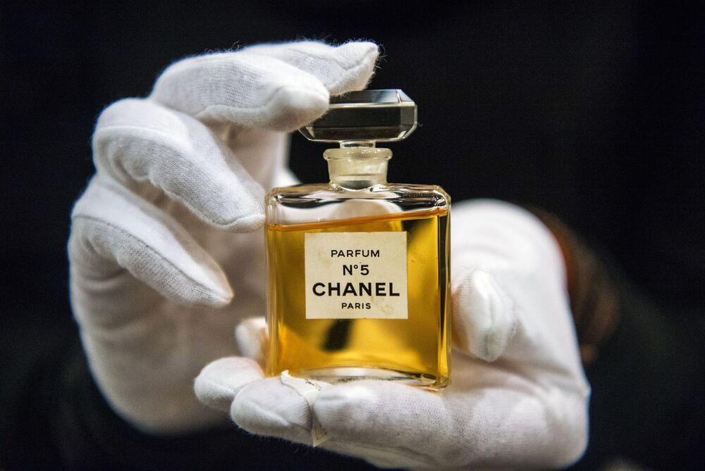 """Flakonik perfum Chanel № 5 na wystawie """"I love Chanel. Kolekcie prywatne"""" w Muzeum Mody w Moskwie."""