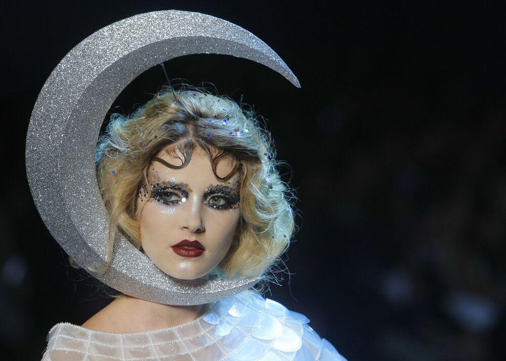 Modelka na pokazie Dior podczas Paris Fashion Week.