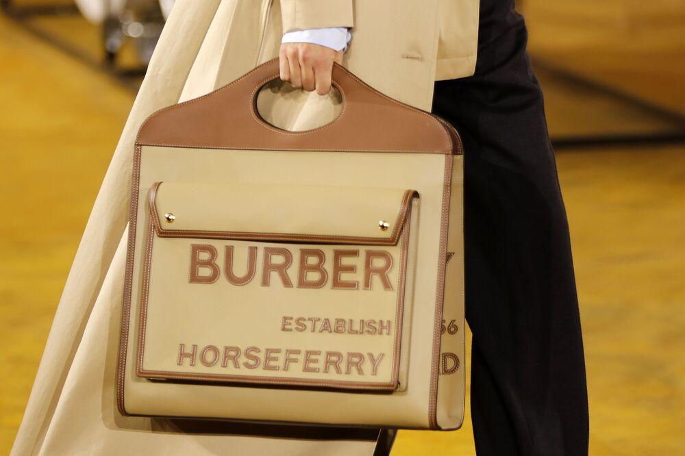 Modelka z torebką Burberry na pokazie w Londynie.