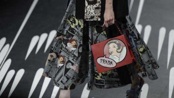 Modelka z torebką Prada na pokazie w Mediolanie - Sputnik Polska