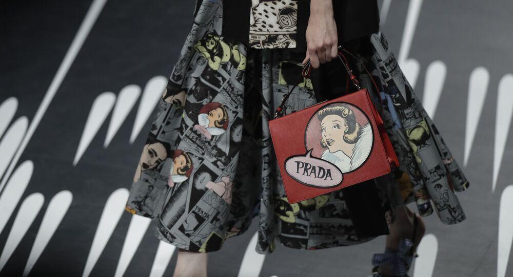 Modelka z torebką Prada na pokazie w Mediolanie.