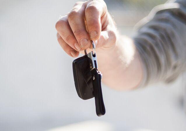 Kierowca z kluczykami od samochodu