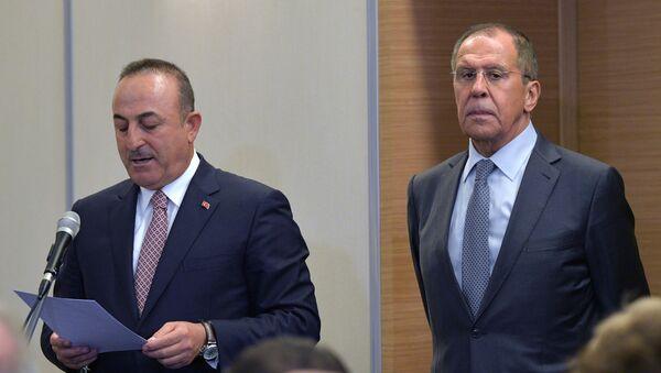Ministrowie spraw zagranicznych Rosji i Turcji Siergiej Ławrow i Mevlüt Çavuşoğlu - Sputnik Polska