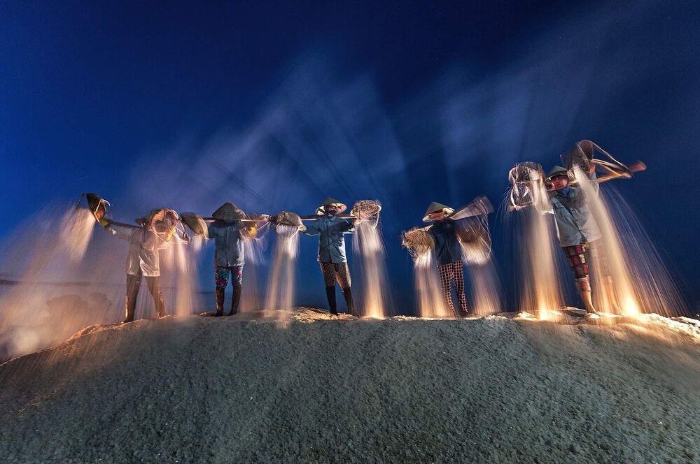 "Zdjęcie ""Harvest salt in the night"" w ramach konkursu fotograficznego World's Best Photos of #Blue2019"