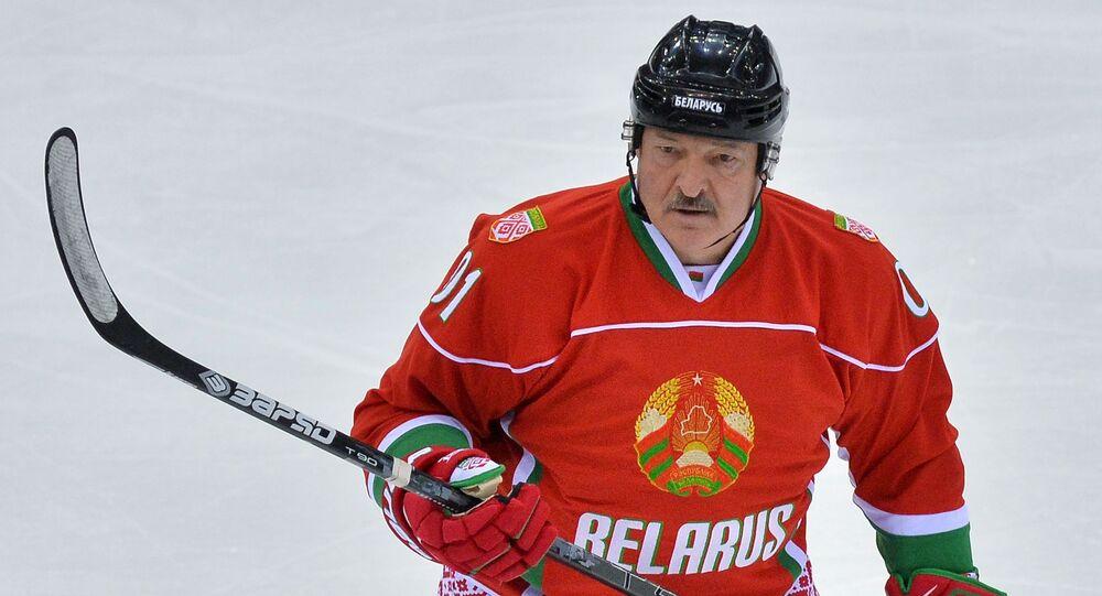 Aleksander Łukaszenka podczas meczu w hokeja