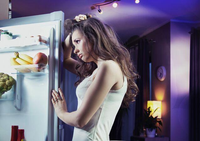 Dziewczyna przy lodówce