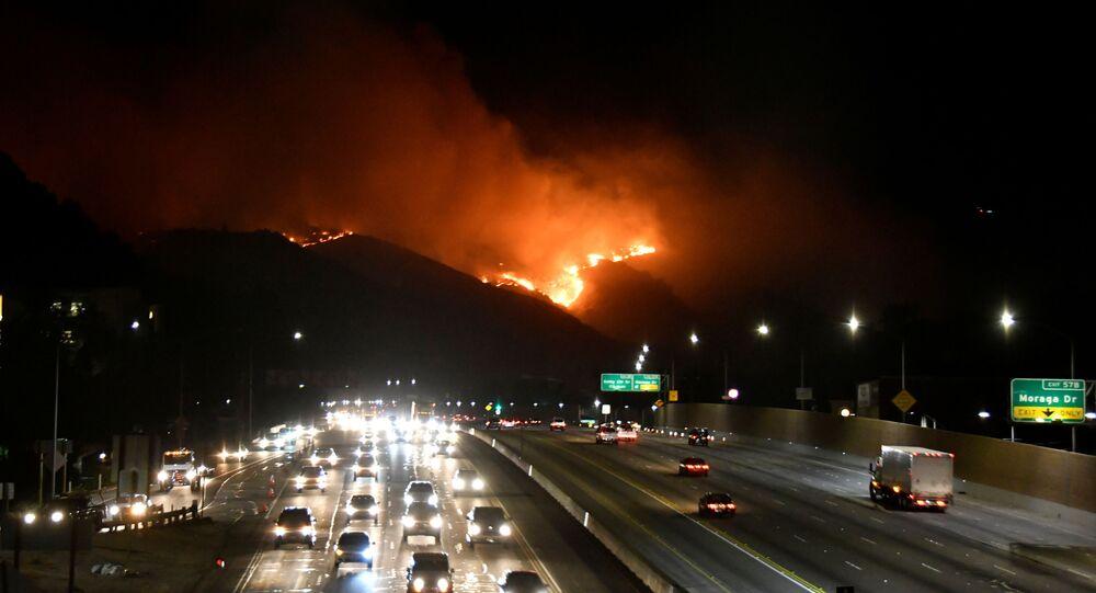 Pożar niedaleko autostrady 405 na wzgórzach Los Angeles