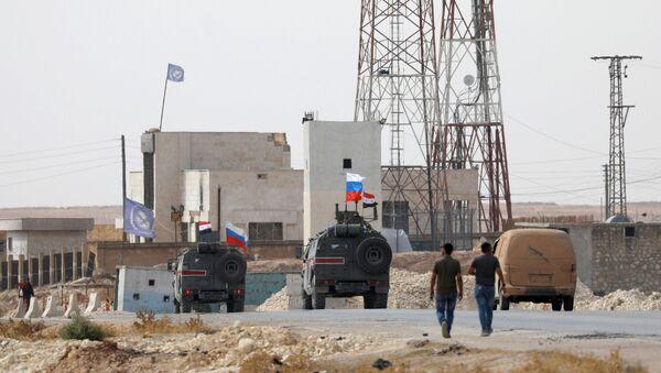 Patrol rosyjskiej policji wojskowej w rejonie Manbidżu na północnym wschodzie Syrii - Sputnik Polska