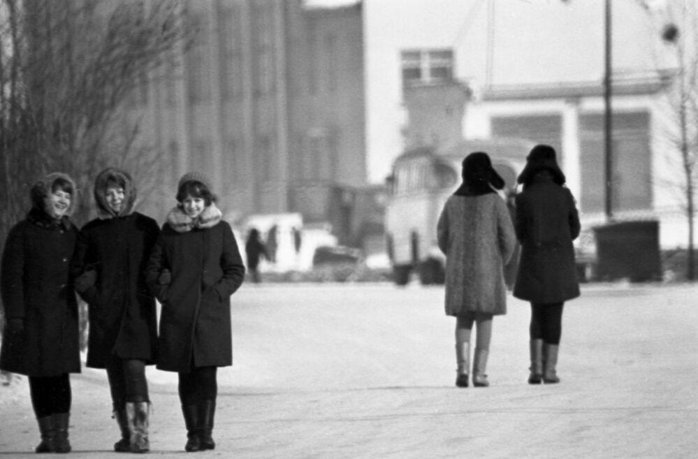 Spacer po zimowym Magadanie, który znajduje się w azjatyckiej części Rosji, 1970 rok