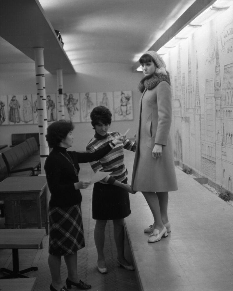 Nowy model płaszcza zimowego moskiewskiej fabryki Salut
