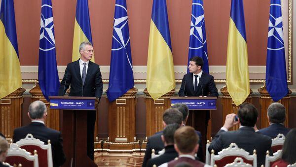 Sekretarz generalny NATO Jens Stoltenberg i Wołodymyr Zełenski na konferencji w Kijowie - Sputnik Polska