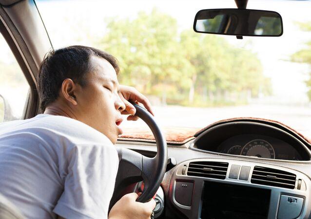 Kierowca śpi za kierownicą auta