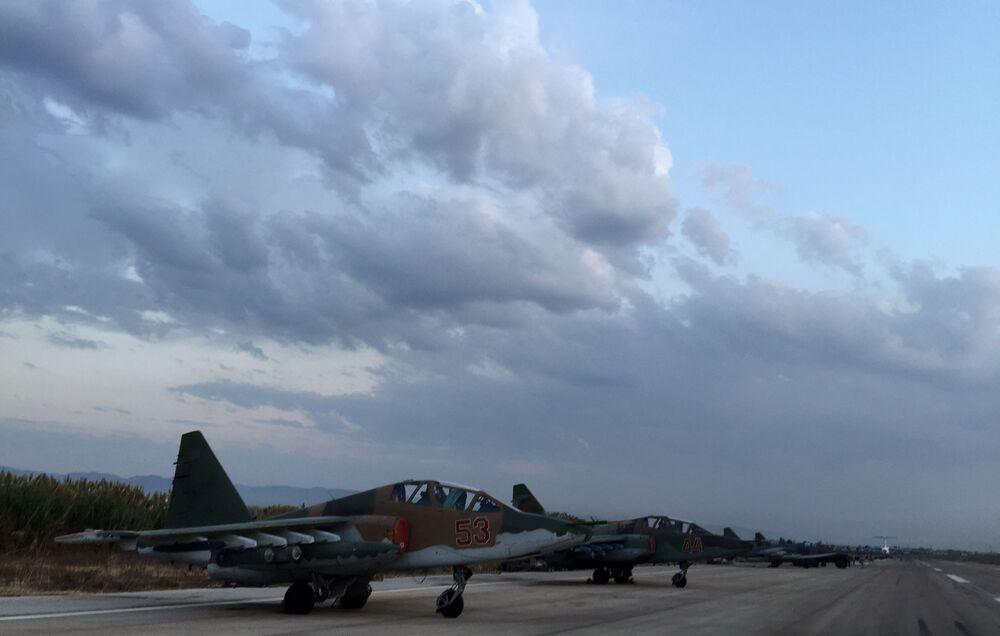 Rosyjskie samoloty Su-25 na lotnisku w pobliżu Latakii, Syria
