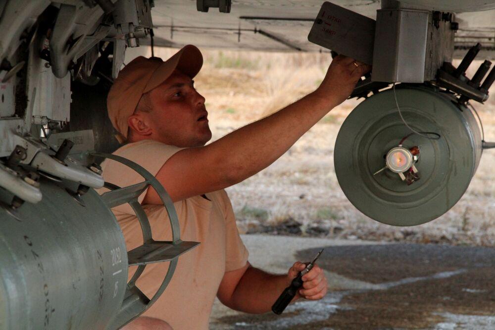 Personał techniczny obsługuje rosyjskie samoloty na lotnisku Hmelmin w Syrii