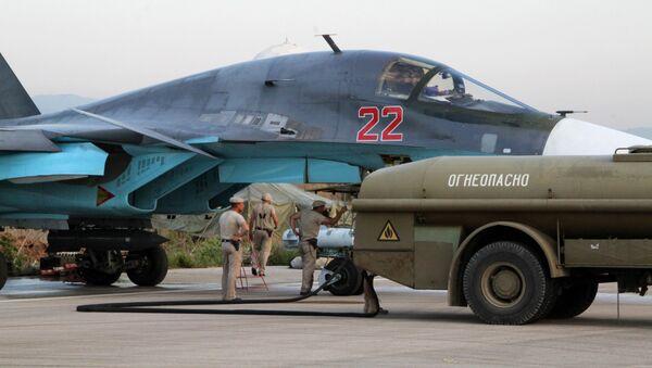 Personał techniczny obsługuje rosyjskie samoloty Su-34 na lotnisku Hmelmin w Syrii - Sputnik Polska