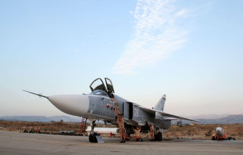 Personał techniczny obsługuje rosyjskie samoloty Su-24 na lotnisku Hmelmin w Syrii