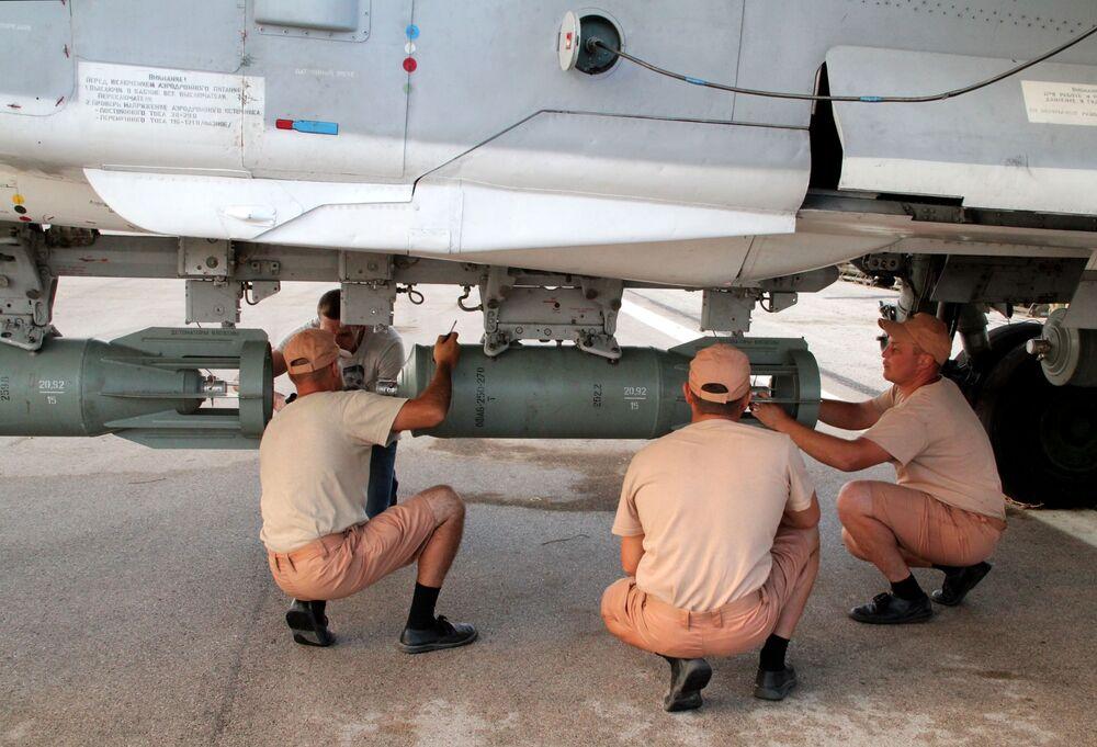 Personał techniczny obsługuje rosyjski samolot na lotnisku Hmelmin w Syrii