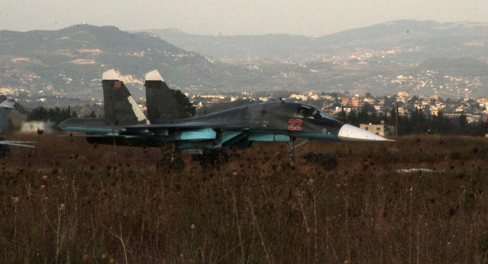 Rosyjski samolot Su-34 na lotnisku w pobliżu Latakii, Syria