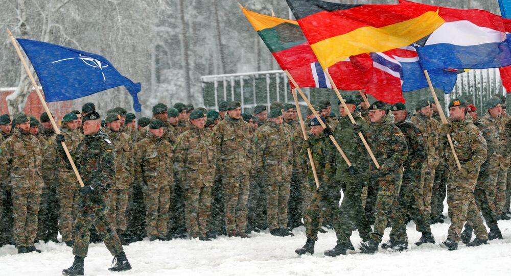 Żołnierze NATO w czasie manewrów wojskowych w garnizonie w Rukli