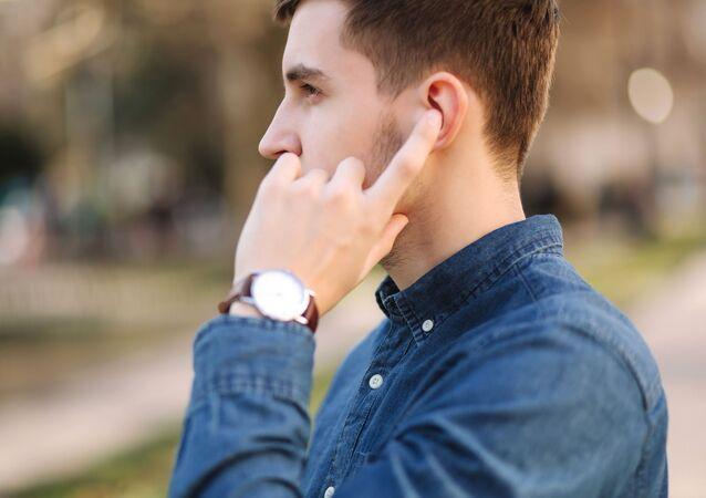 Mężczyzna ze słuchawkami bezprzewodowymi w uszach