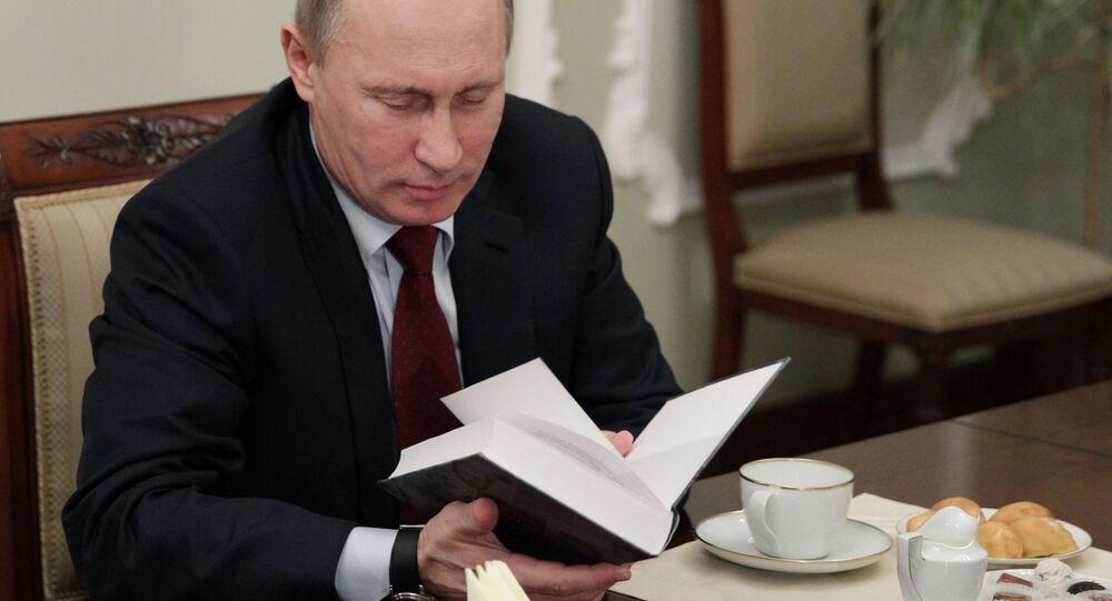 Putin z książką