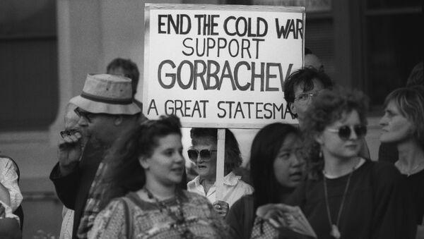 Amerykanie z plakatem Koniec zimnej wojny podczas wizyty w Waszyngtonie prezydenta ZSRR Michaiła Gorbaczowa. - Sputnik Polska