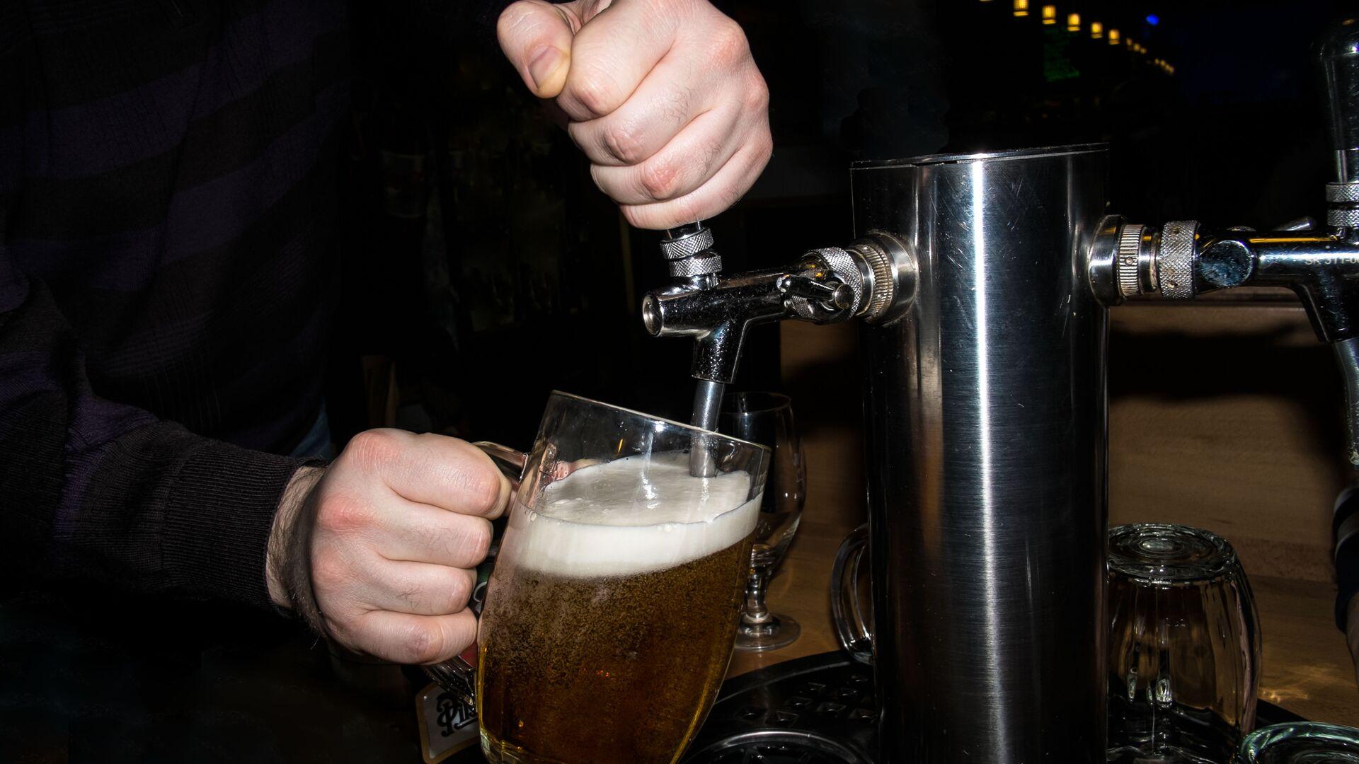 Barman nalewa piwo - Sputnik Polska, 1920, 08.08.2021
