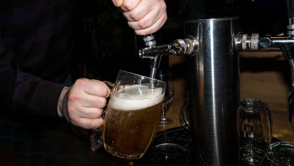 Barman nalewa piwo - Sputnik Polska