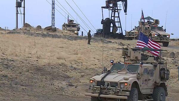 Amerykańscy żołnierze patrolują pola naftowe w Syrii. - Sputnik Polska