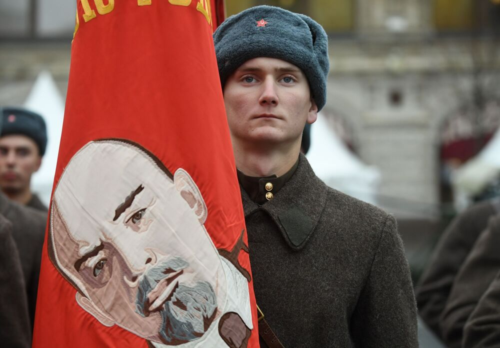 Uczestnik marszu poświęconego 78. rocznicy defilady wojskowej z 1941 roku na Placu Czerwonym