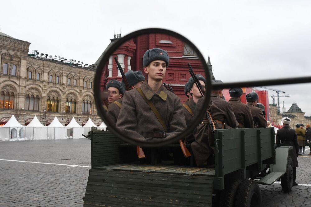 Uczestnicy marszu poświęconego 78. rocznicy defilady wojskowej z 1941 roku na Placu Czerwonym