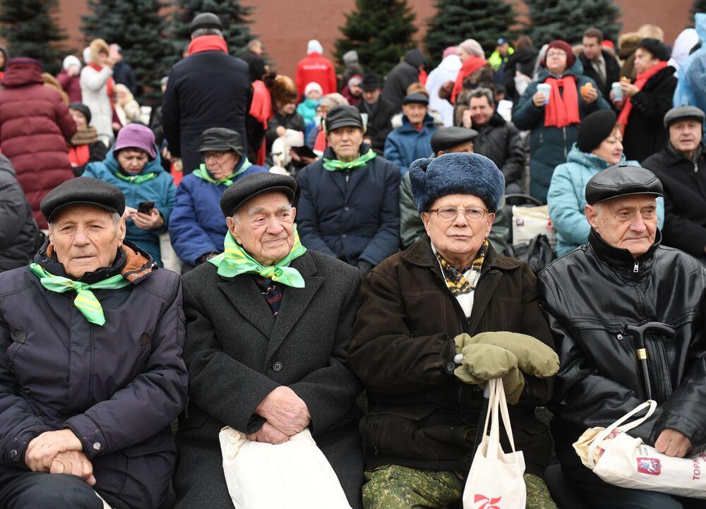 Widzowie podczas marszu poświęconego 78. rocznicy defilady wojskowej z 1941 roku na Placu Czerwonym