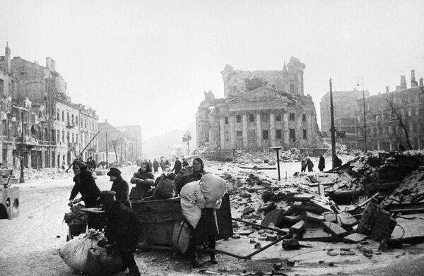 Mieszkańcy Warszawy na ulicach zniszczonego miasta, 1945 rok  - Sputnik Polska