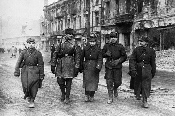 Żołnierze Armii Czerwonej i Wojska Polskiego na ulicach miasta, 1945 rok - Sputnik Polska