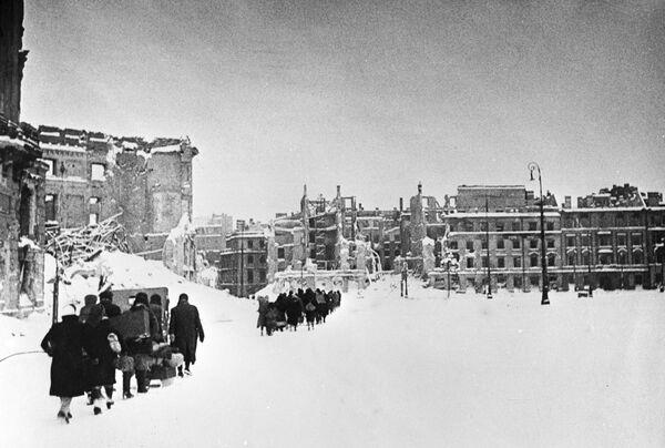 Mieszkańcy Warszawy wracają do swoich domów, 1945 rok - Sputnik Polska