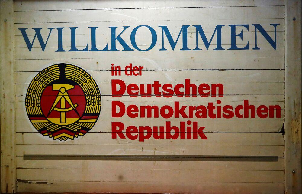 """Znak """"Witamy w Niemieckiej Republice Demokratycznej"""" w Muzeum NRD w Pirnie, Niemcy."""