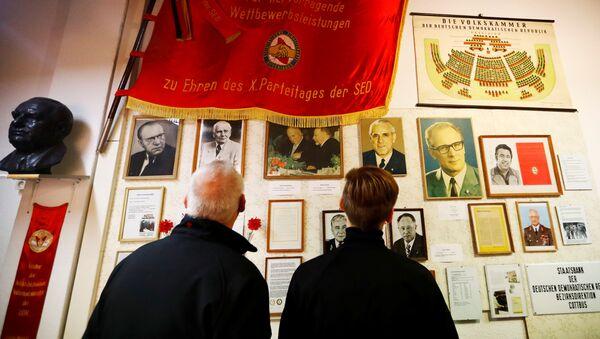 Odwiedzający w Muzeum NRD w Pirnie, Niemcy - Sputnik Polska