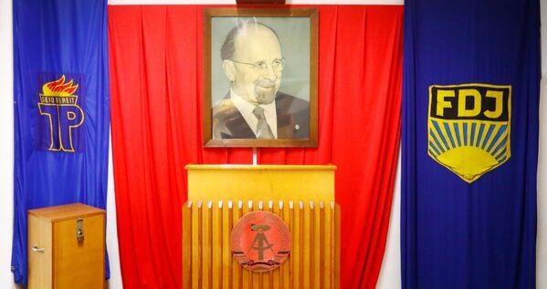 Sztandary organizacji młodzieżowej NRD i portret Waltera Ulbrichta w Muzeum NRD w Pirnie, Niemcy - Sputnik Polska