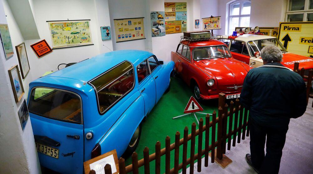 Odwiedzający w Muzeum NRD w Pirnie, Niemcy.