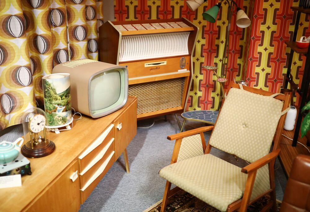 Pokój dzienny NRD-owskim mieszkaniu na wystawie w Muzeum NRD w Pirnie, Niemcy.