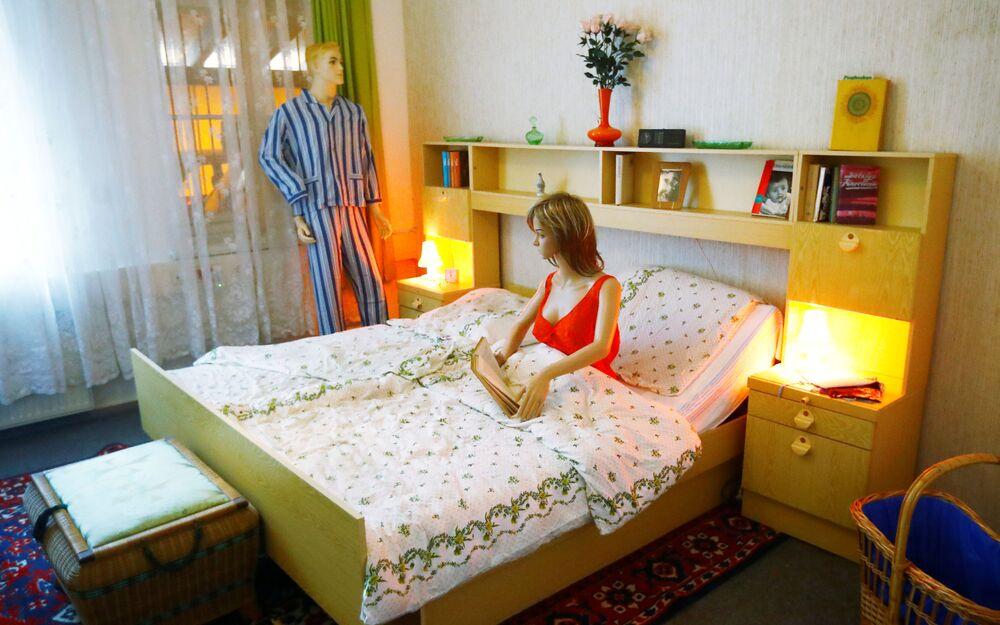 Makieta sypialni w NRD-owskim mieszkaniu na wystawie w Muzeum NRD w Pirnie, Niemcy.
