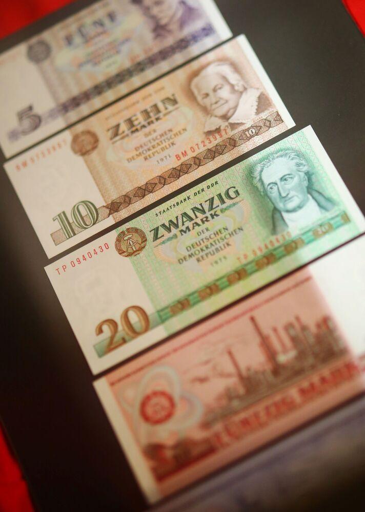 Banknoty NRD na wystawie w Muzeum NRD w Pirnie, Niemcy.