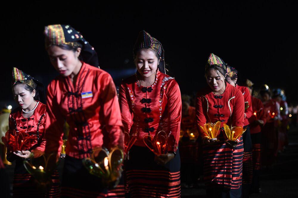 Dziewczyny w czasie tradycyjnego tańca na festiwalu Tazaungdaing Lighting Festival w Mjanmie.