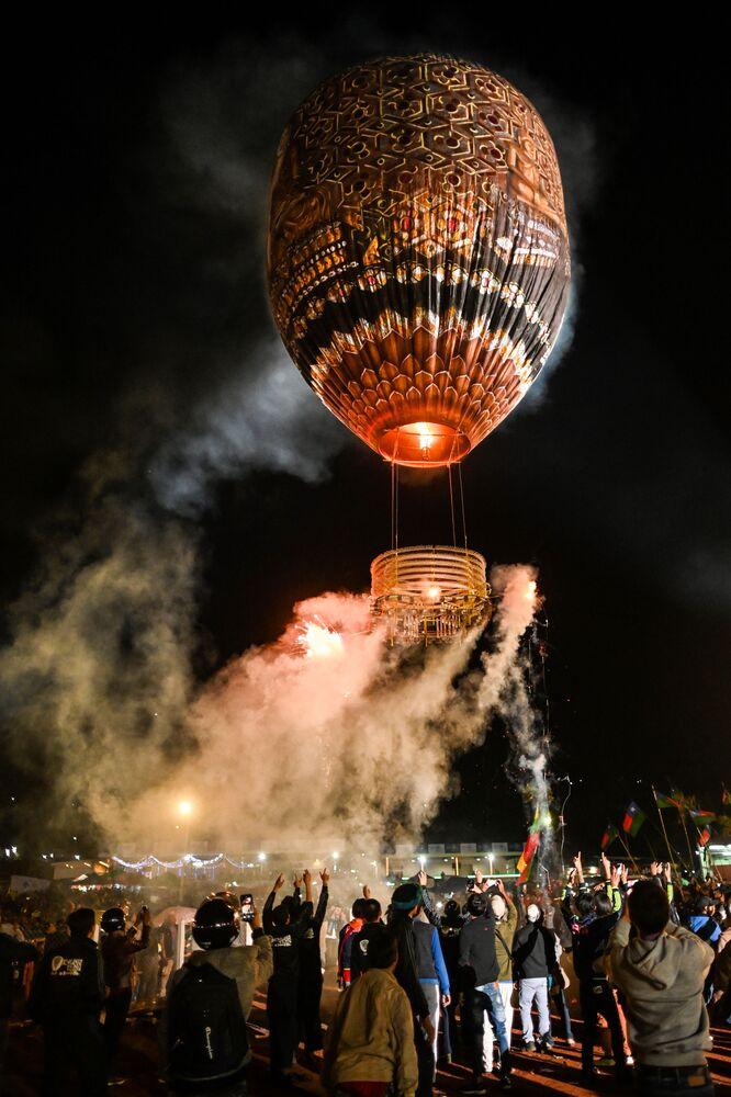 Puszczanie balonu na festiwalu Tazaungdaing Lighting Festival w Mjanmie.