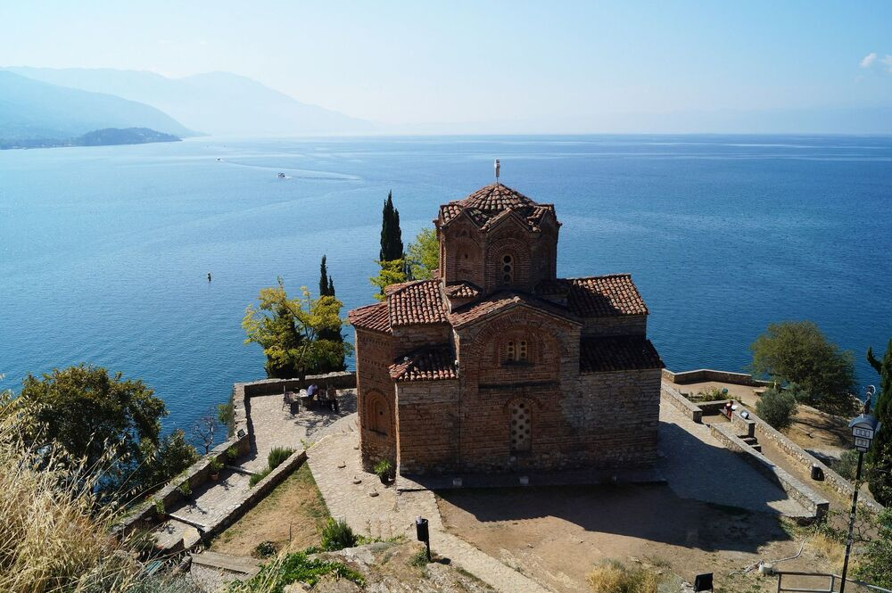 Widok na Jezioro Ochrydzkie w północnej Macedonii