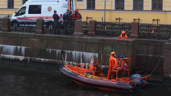 Śledczy przeszukuja rzekę w Petersburgu w poszukiwaniu fragmentów ciała zamordowwanej studentki  - Sputnik Polska