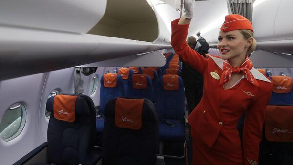 Stewardessa w samolocie Sukhoi Superjet 100  - Sputnik Polska