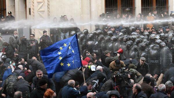Pracownicy gruzińskiego specnazu rozpędzają akcję protestu przed budynkiem parlamentu Gruzji - Sputnik Polska