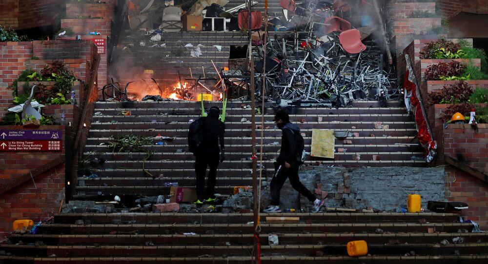 Protestujący na schodkach podczas zamieszek w Hongkongu