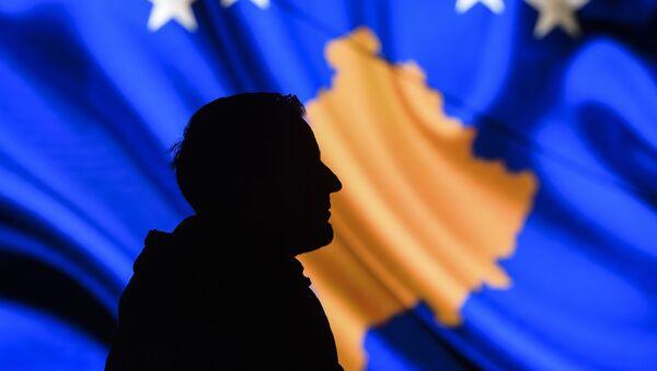 Mężczyzna na tle flagi Kosowa - Sputnik Polska